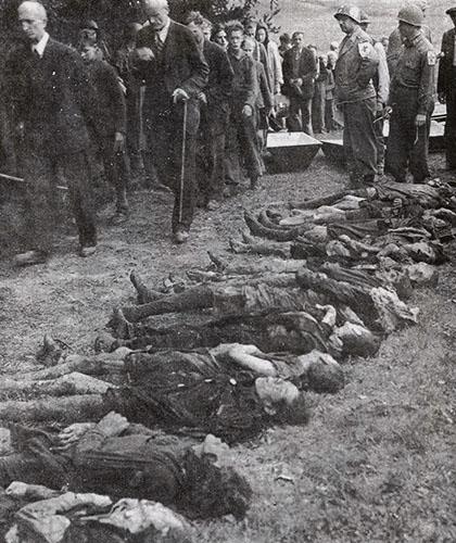 Civiles Alemanes son obligados a desfilar ante los cadaveres de 30 mujeres obligadas a morir de inanicion por las tropas Alemanas.