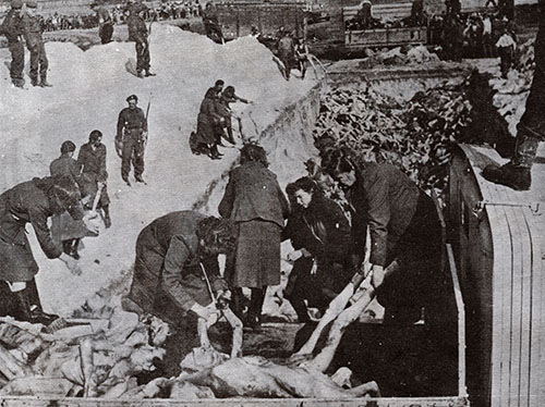 Mujeres Alemanas descargando a las victimas de Belsen para ser enterradas en una fosa comun