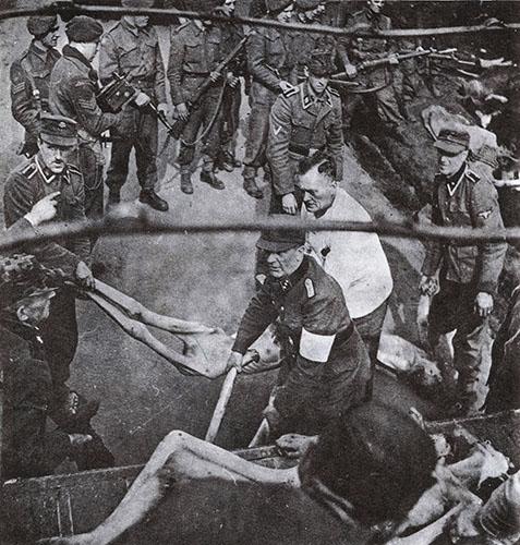 Nazis cargan a victimas de Belsen para ser enterradas.