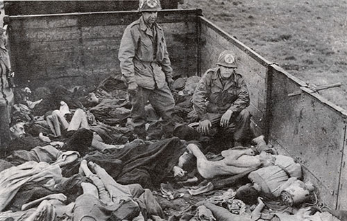 Medicos militares norteamericanos examinan los restos de prisioneros muertos a manos de los Nazis en Dachau